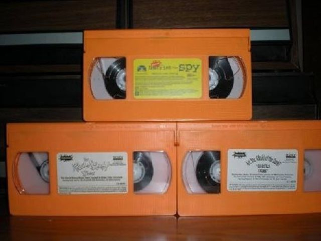 Videocasetes de color naranja en forma de torre