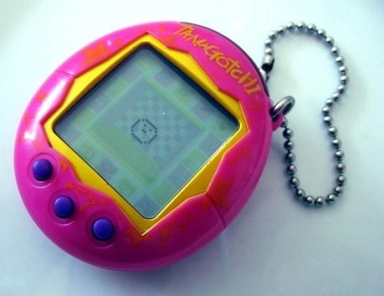 un pequeño juego que era denominado tamagochi en color rosa