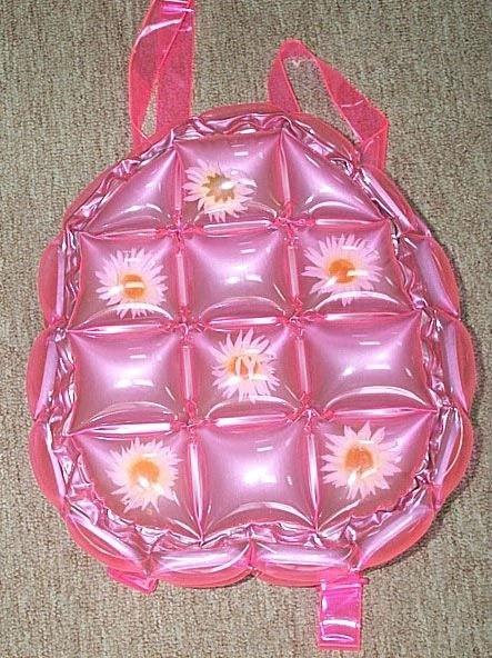 mochila en color rosa con diseño de cuadros en su parte delantera