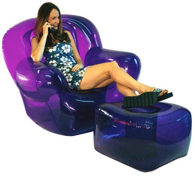 chica sentada sobre unos sillones transparentes en color morado