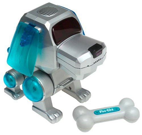 Juguete de robot que simula ser un perro con un pequeño hueso frente a él