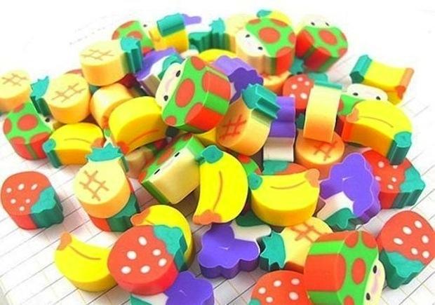 Gomitas con figuras de frutas en un montoncito
