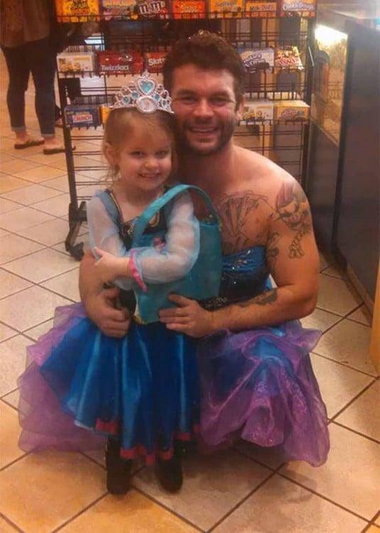 Tío y sobrina en el cine con vestidos de princesa