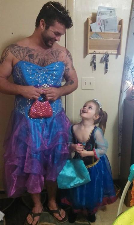 hombre con niña disfrazado de princesa