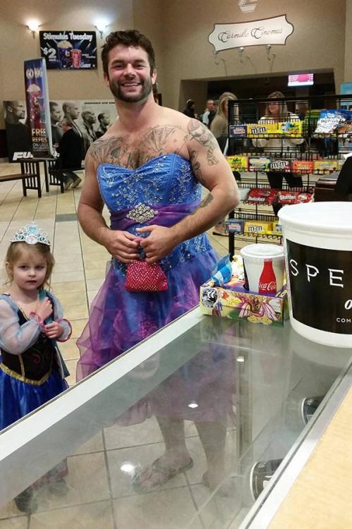 tío y sobrina en el cine disfrazados de princesa