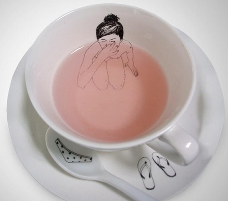 Taza con el dibujo de una chica dentro