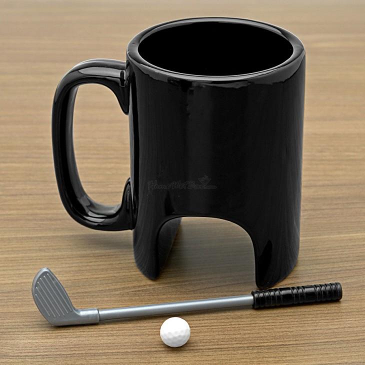 Taza de café con un arco, palo y bola de golf