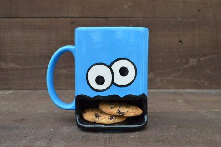 Taza con diseño de monstruo come galletas