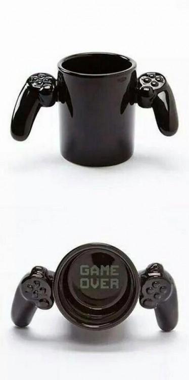 "Taza de café en forma de control de videojuegos con leyenda ""Game Over"""