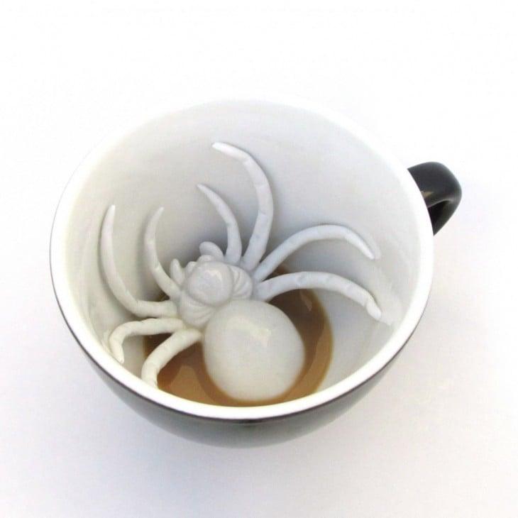 Taza creativa con una araña dentro