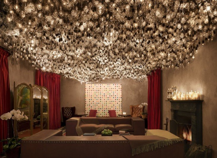 Habitación de un hotel en Nueva York con un techo repleto de focos de luz