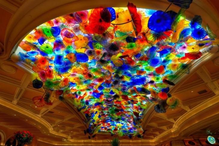 Techo de un hotel de las vegas con cristal y formas de almejas de colores