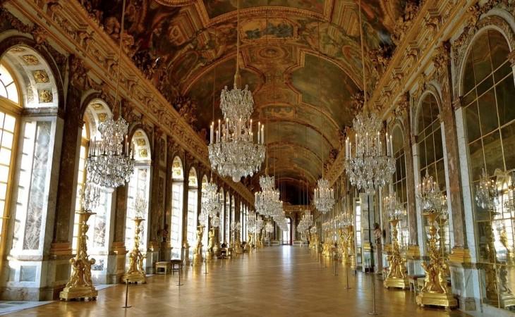 Pasillos de espejos en París con candelabros de cristal y un diseño antiguo y arcos en los espejos