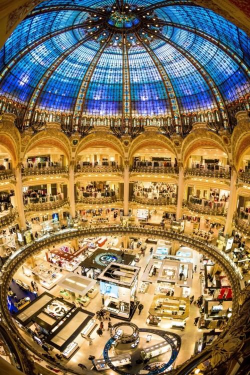 Imagen tomada desde la parte de arriba de una plaza de Francia con un techo de cristal formando un circulo en color azul