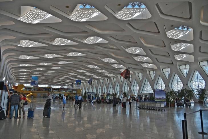 Estancia principal de un aeropuerto con pequeñas ventanas con vidrios en formas de cuadros