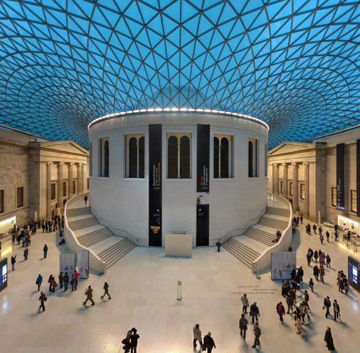 Museo en Londres que forma un pequeño circulo en medio y su techo es en color azul con pequeñas estructuras de metal que forman triángulos