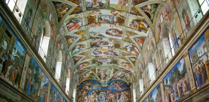 Capilla en el vaticano con diseños de diferentes dioses tanto en sus paredes como en su techo