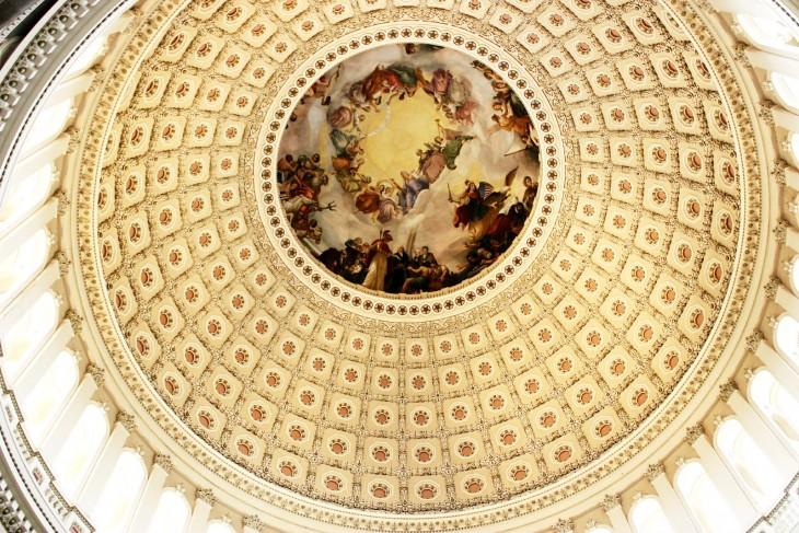 Techo de un templo en los Estados Unidos con un techo en forma de círculo en color amarillo y al centro un diseño de personas romanas en círculo