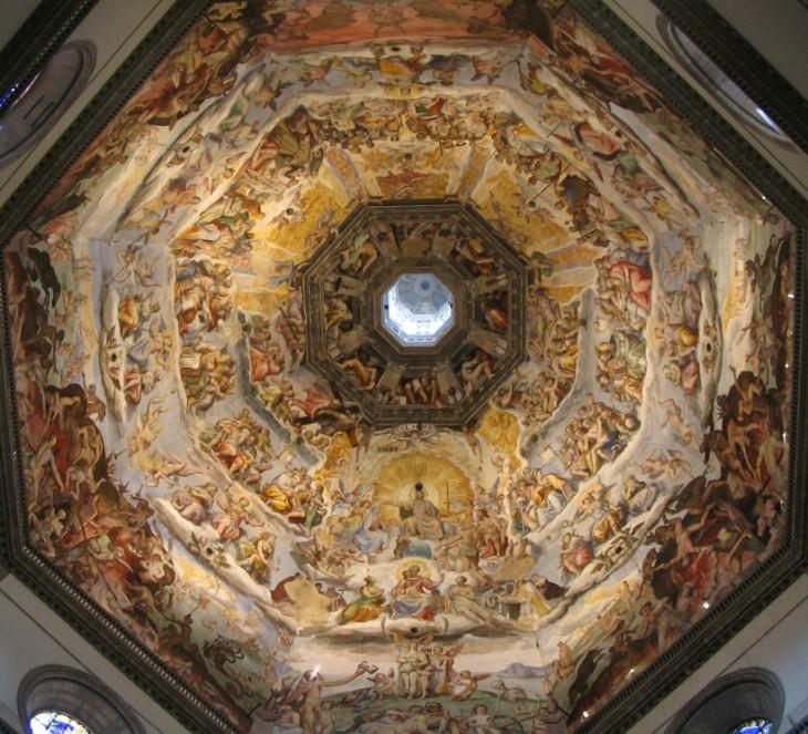 Techo del templo Santa María con cinco filas de diseños de personas romanas y culmina con una pequeña ventana o capilla