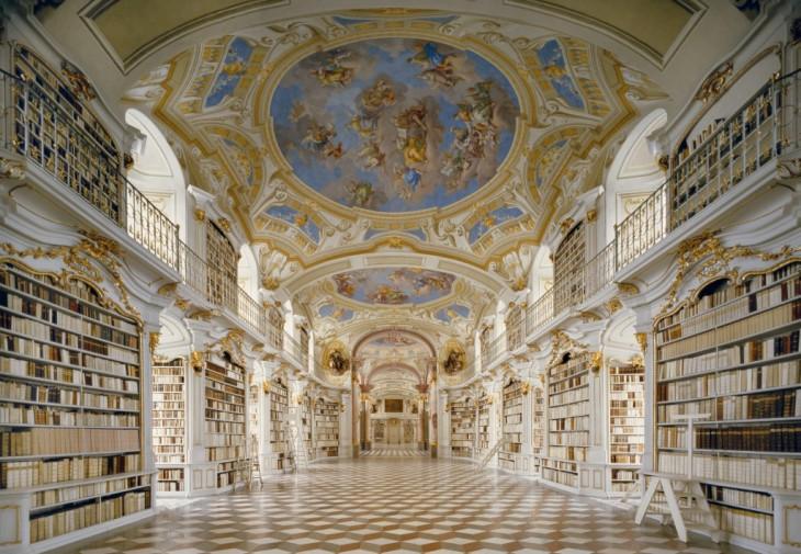 Imagen que muestra una biblioteca en Austria con diseños de personas como ángeles en el techo (arquitectura de una iglesia)