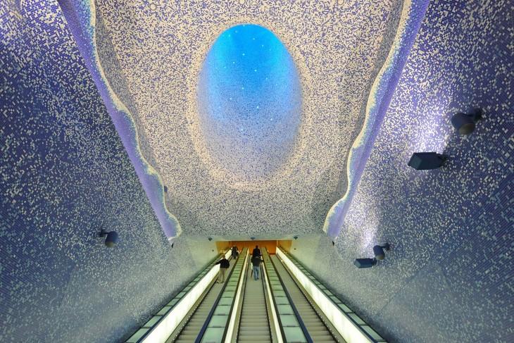 Techo brillante en colores blanco y morado ubicado en la estación Nápoles en Italia