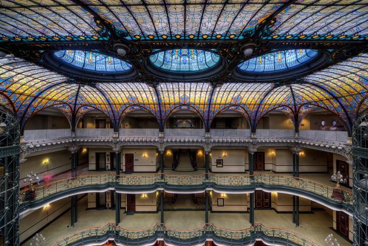 Imagen que muestra el techo y algunos balcones de un hotel que esta en la ciudad de México