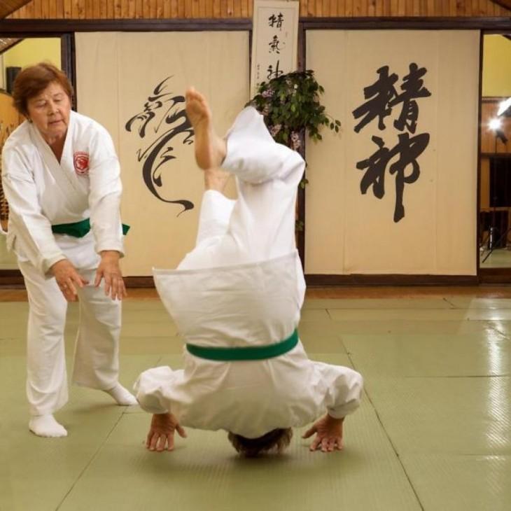Dos mujeres de la tercera edad practicando aikido