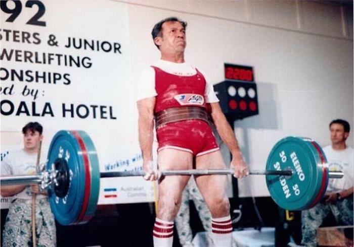 Hombre levantando pesas en un concurso