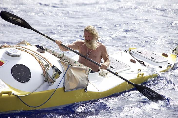 hombre de 67 años remando en un bote a través del océano