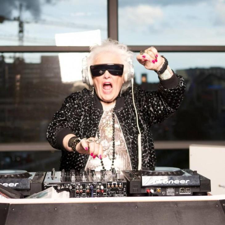 Mujer de la tercera edad con algunas consolas de DJ