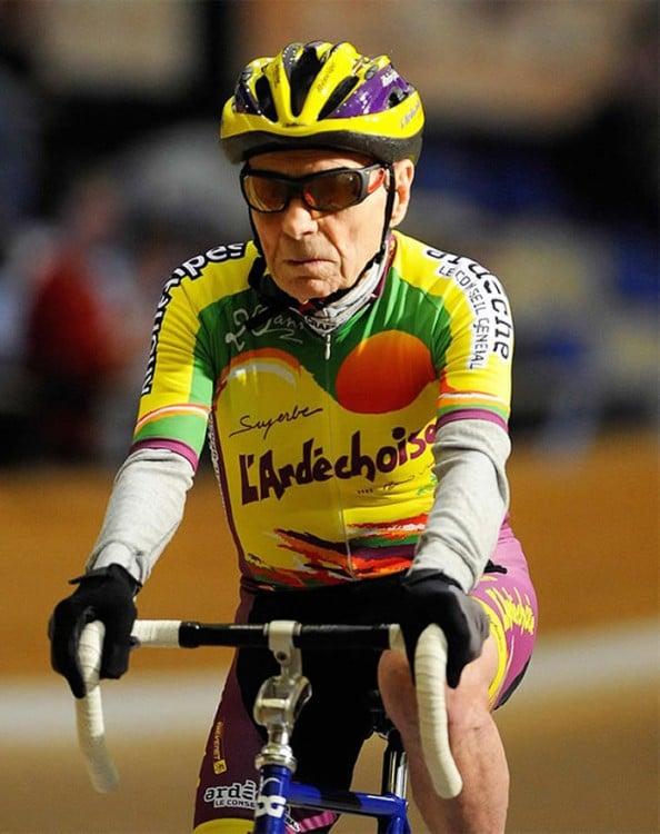 ciclista de la tercera edad en una competencia