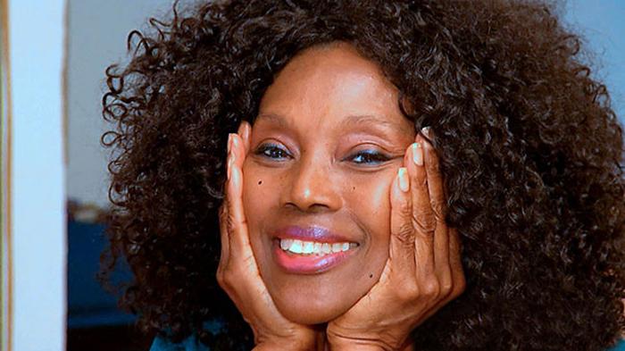 Cara de una mujer de 70 años que aparenta tener 40