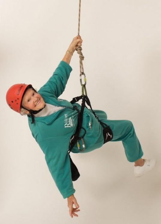 Mujer de la tercera edad practicando alpinismo