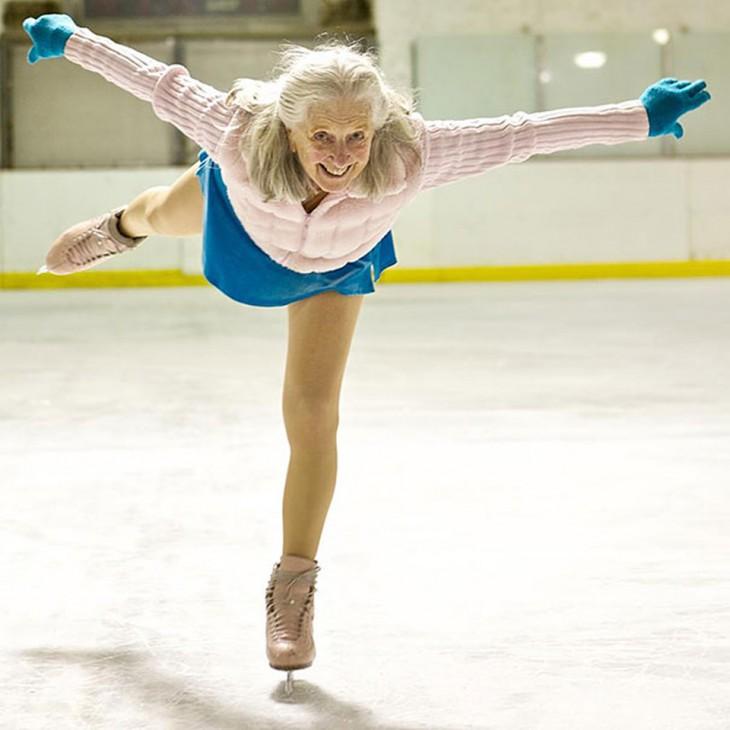 Patinadora profesional sobre hielo de la tercera edad