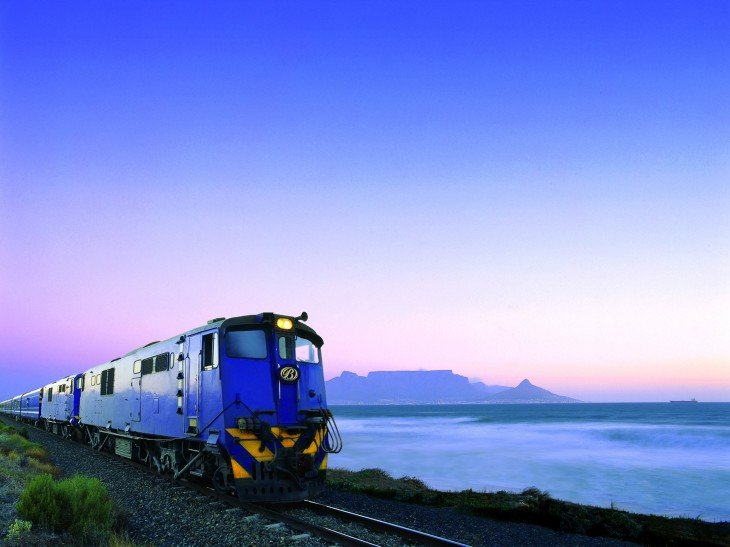 Tren azul sobre las vías del ferrocarril