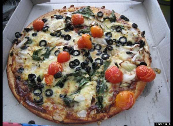 pizza vegetariana con tomatitos cherry y aceitunas negras