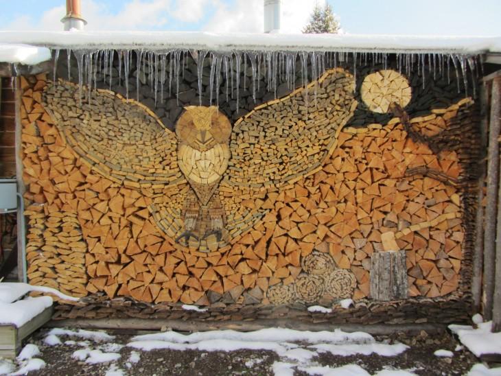 Troncos de árbol acomodados de forma que hacen una figura de un Búho