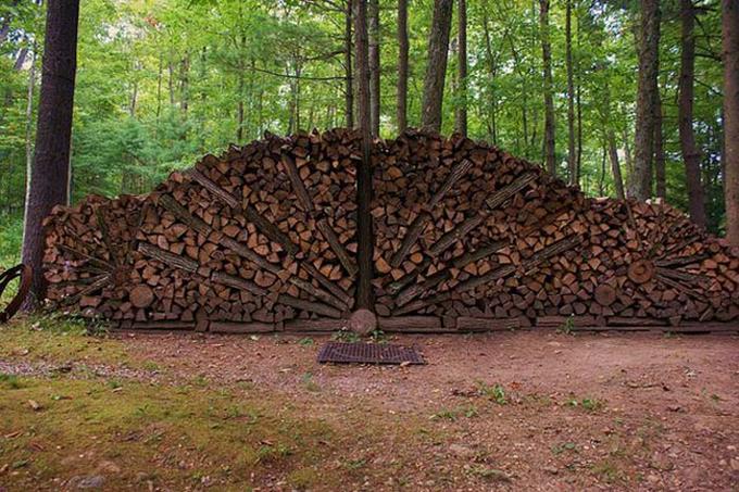 Fila de troncos juntos con algunas ramas cafés separando simulando un abanico