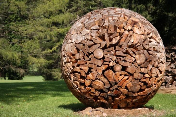 Troncos juntos formando un circulo o una bola grande