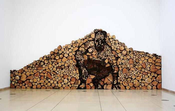 Pedazos de troncos formando una figura de un hombre agachado