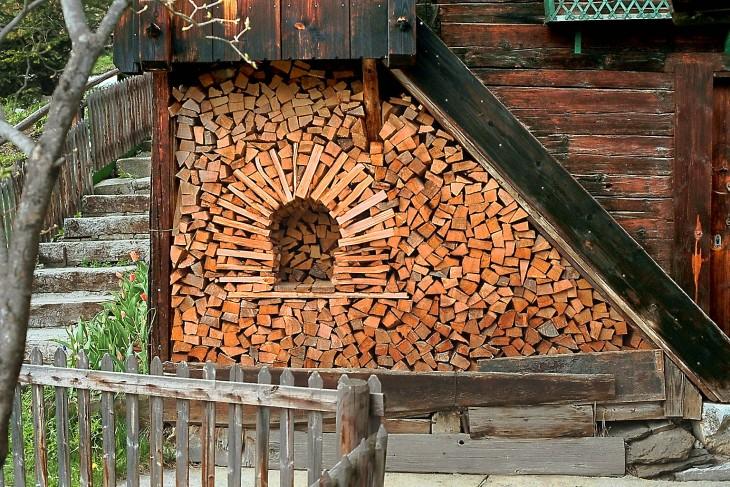 Pedazos de madera apilados simulando ser una pared y tener una ventana en forma de arco