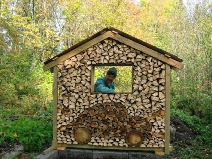 Hombre detrás una casa hecha de puros pedazos de madera y en su frente tiene un diseño de un carro