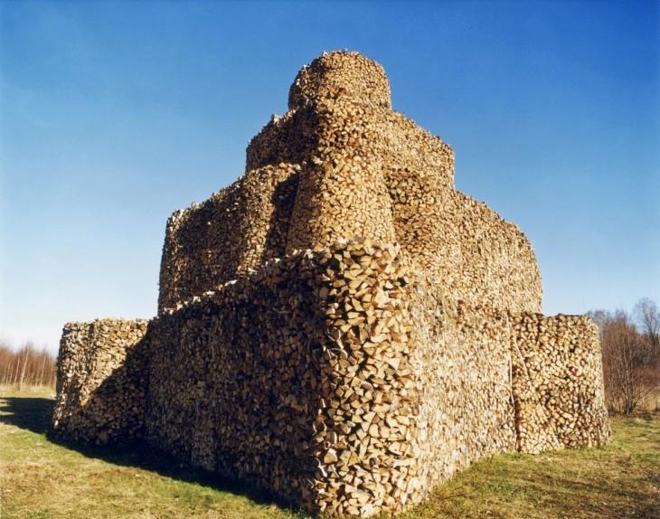Troncos apilados de manera que forman un enorme castillo