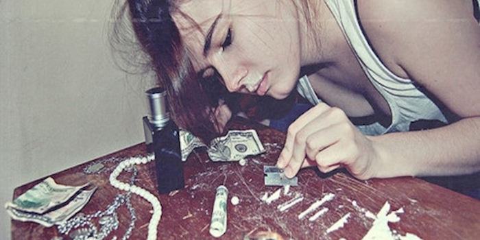 Mujer consumiendo cocaina en linea