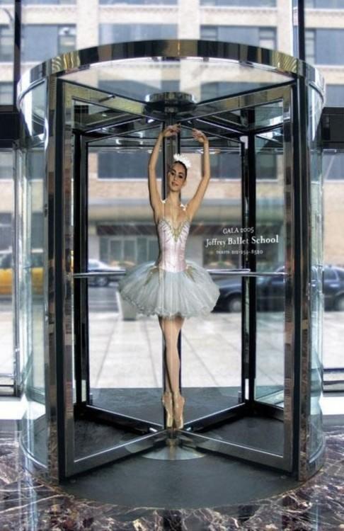 Escuela de ballet Joffrey baila ballet en puerta giratoria