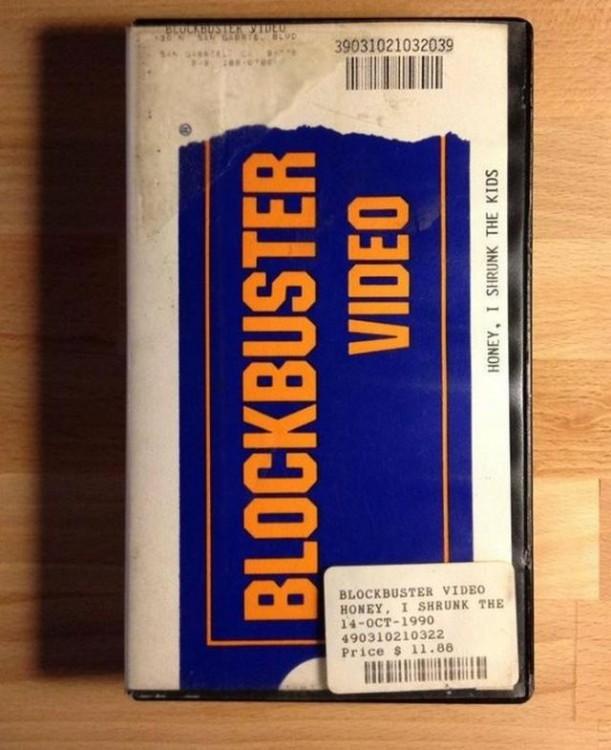 Caja de una película VHS de Blockbuster