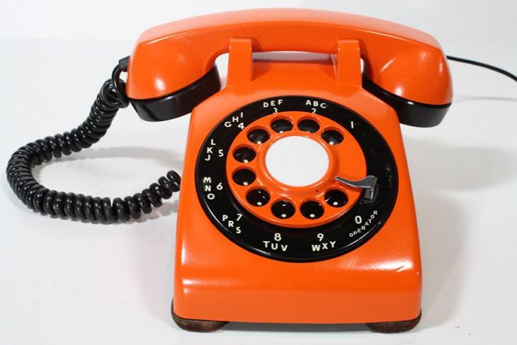 teléfono antiguo color anaranjado