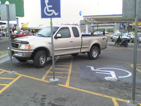 camioneta ocupando dos estacionamientos