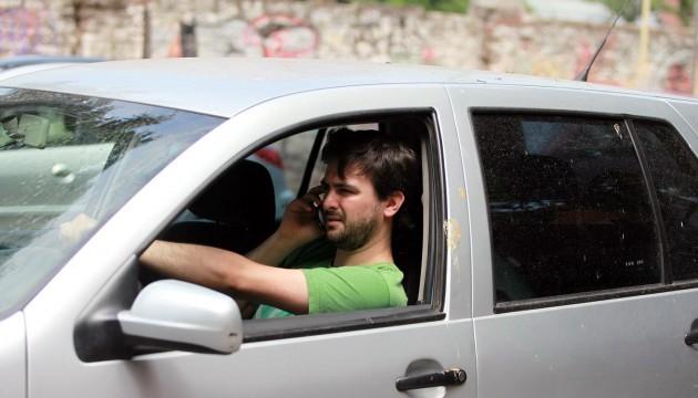 conductor hablando por telefono