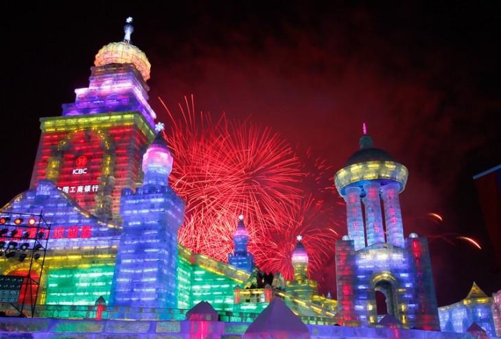 Ciudad de hielo iluminada y celebrando con fuegos artificiales